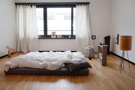 bett auf boden ein blick in schweizer schlafzimmer sweet home
