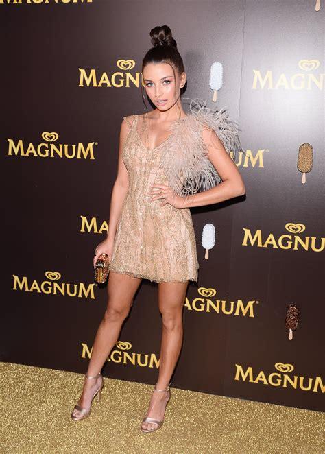 Złota mini - Julia Wieniawa na imprezie Magnum. Kreacja od ... G Design