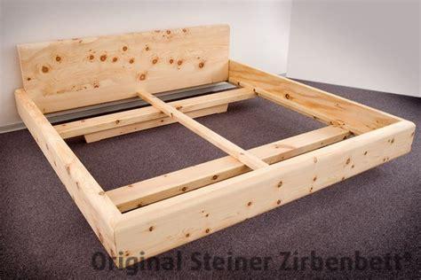 bett kopfhaupt zirbenbett mit massivem unterbau zirbenbett schlafzimmer