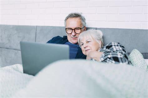 anziani a letto carino coppia di anziani a letto con il portatile
