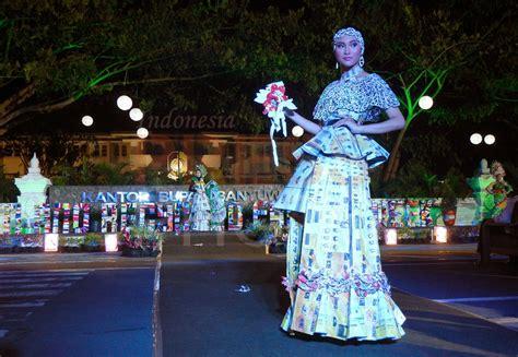 desain dress dari bahan bekas green recycle fashion parade busana dari bahan daur