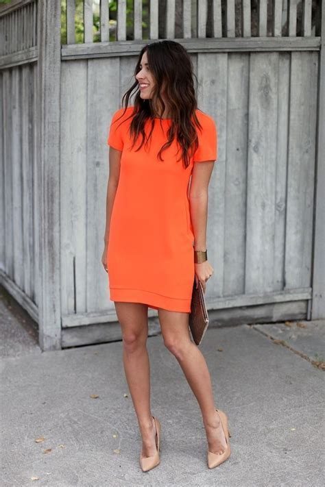 Tunik Zara Blue tenue robe droite orange escarpins en cuir bruns clairs pochette en cuir brune bracelet dor 233