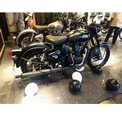 Royal Enfield Classic 500 Stealth Black Dealer Rear Right
