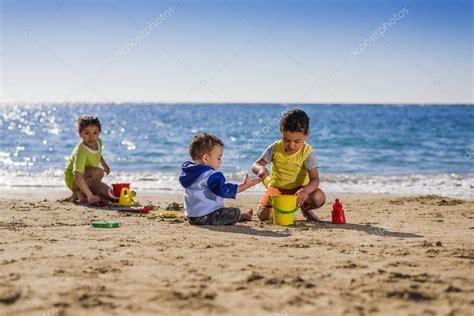 imagenes niños jugando en el mar grupo de ni 241 os jugando con juguetes de playa fotos de