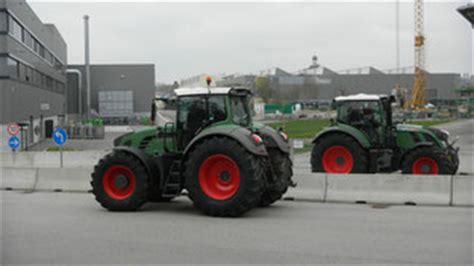 Mit Freundlichen Gr En Lehrer jprs sch 252 ler besuchen traktorenhersteller fendt im allg 228 u