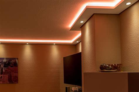 stuckleisten beleuchtet indirekte led beleuchtung mit stuckleisten lichtvouten