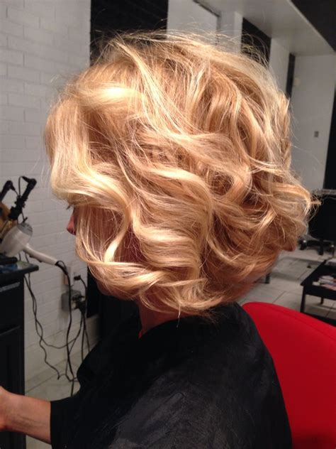 strawberry blonde hair mid lenght hair styles honey blonde natural wavy hair curled bob strawberry