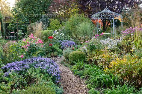 Ideen Zur Gartengestaltung 2848 by Bild Pavillon In Einem Herbstlichen Staudengarten 477033