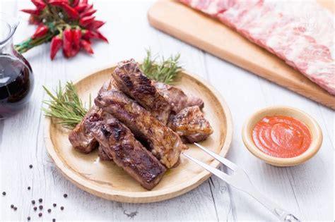 come cucinare le costine di maiale alla griglia ricetta costine alla griglia la ricetta di giallozafferano