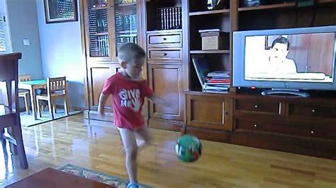 imagenes niños jugando en casa ni 209 o de 3 a 209 os jugando a football dentro de casa youtube