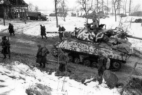 Bergo Pocket Jumbo Uk 15 m4 sherman with winter camouflage and soldiers in riedwihr