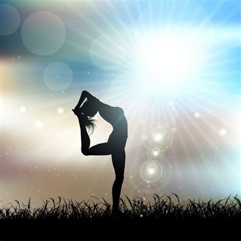 imagenes mujer haciendo yoga silueta de una mujer haciendo yoga en un paisaje soleado