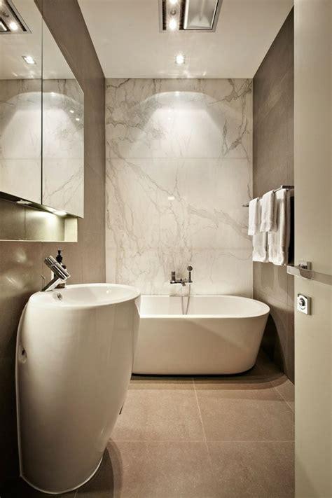 Como Decorar Un Bano Pequeno Y Sencillo #2: Diseno-bano-pequeno-banera-marmol-pared.jpg