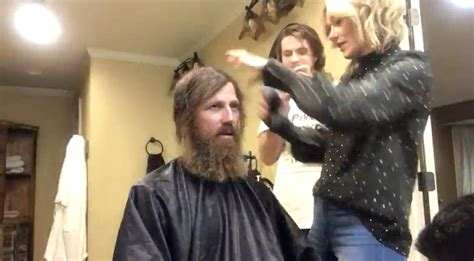 duck dynasty wifes hair cuts duck dynasty star shaves his beard to help his daughter