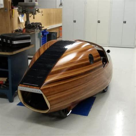 een houten tweezitter met vier wielen solar electric
