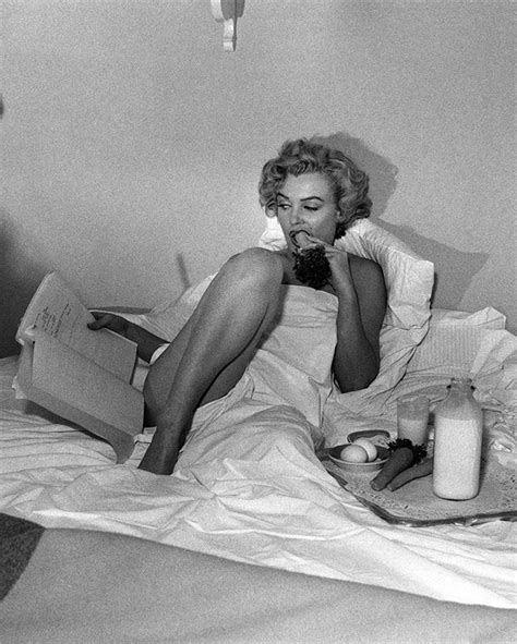 marilyn monroe in bed marilyn in bed marilyn monroe pinterest