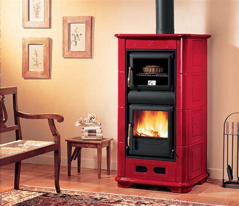 cucinare con la stufa a legna stufa a legna con forno il piacere di riscaldare casa