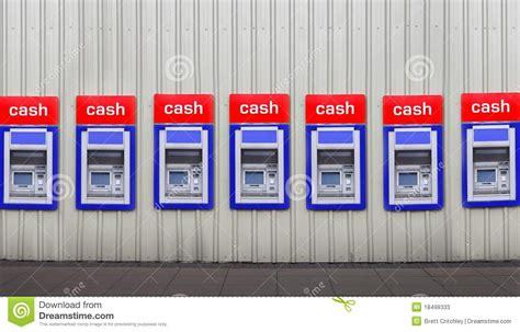 ritiro contanti in banca macchine della banca dei contanti in parete immagine stock