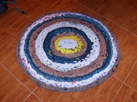 How To Make A Plastic Bag Rug by How To Make A Rug From Plastic Grocery Bags