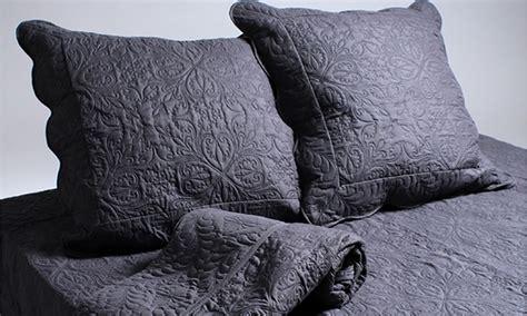 Bettdecke Mit Kissen by Gesteppte Bettdecke Mit Kissen Groupon