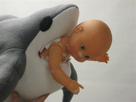 baby shark eating beffy duh shark eat baby by supuru on deviantart