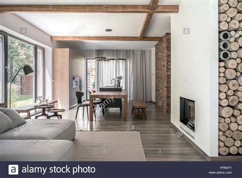 soffitto moderno in stile moderno con pareti differenti e travi