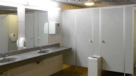accessori per bagni pubblici come arredare bagni pubblici dimensioni rubinetti e