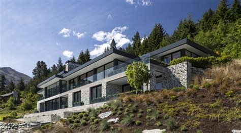large house  difficult steep slope  partly dug trends