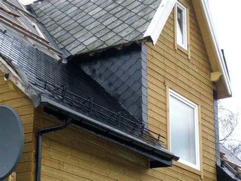 Schindeln Aus Kunststoff by Dach Eines Holzhauses In Norwegen Mit Schwarzen Schindeln