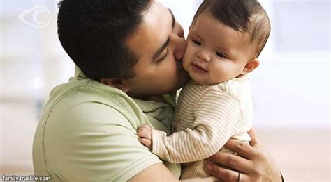 Gendongan Bayi K mengayun bayi di gendongan bikin bayi makin cerdas tri
