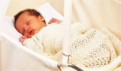 neonato nella culla posizione neonato nella culla ecco come farlo dormire