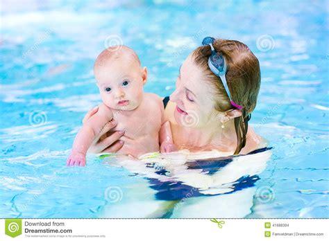 neonato nella donna e piccolo neonato nella piscina fotografia