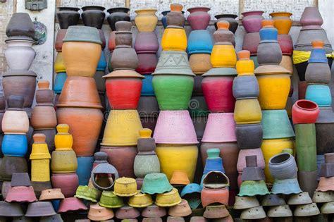 vasi di argilla vasi di argilla variopinti sulla terra mercato turistico