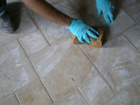 pulire le fughe pavimento stuccare le fughe di un pavimento il miglior sistema
