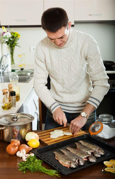 hombre cocinando hombre cocinando pescado de trucha descargar fotos gratis