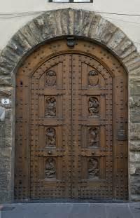 file wooden door florence jpg wikimedia commons