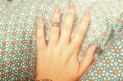 ide gambar tato jari  simpel tapi bermakna wanita