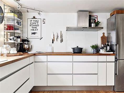 cocina en blanco madera  acero