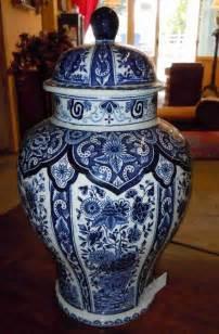 vase urne en fa 239 ence de delft d 233 cor bleu antiquites robine