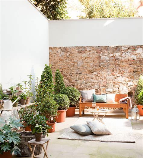 decorar patio con bancos patios y terrazas oasis de paz y tranquilidad sin salir