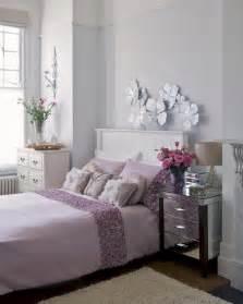 Ordinaire Table De Chevet Style Romantique #8: D%C3%A9coration-chambre-adulte-romantique-lilas-p%C3%A2le-fleurs-papier-blanc-table-chevet-m%C3%A9tallique.jpg