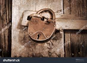 imagenes vintage sepia vintage padlock on old barn in sepia color stock photo