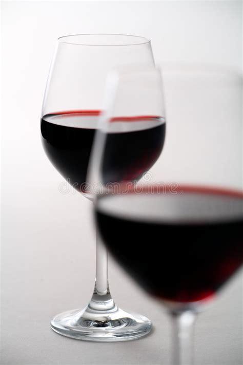immagini di bicchieri due bicchieri di vino immagine stock immagine di