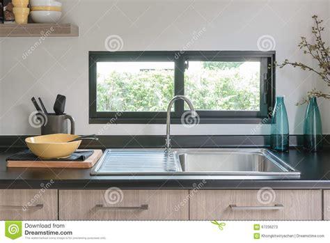 comptoir de cuisine en bois avec le granit noir sur le