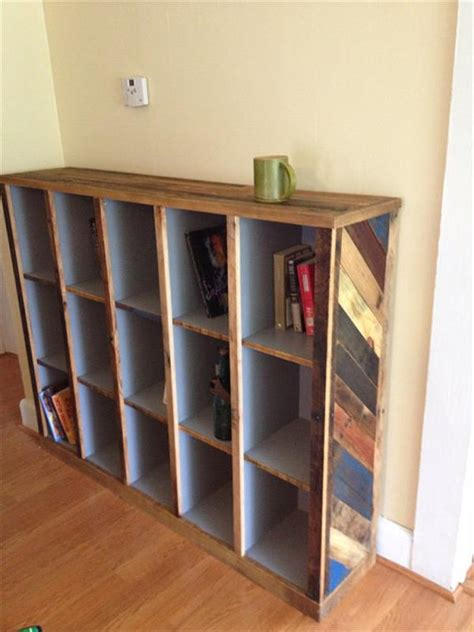 How To Make A Shelf Out Of A Pallet by Diy Bookshelf Out Of Pallets 101 Pallets