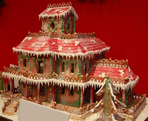 10 Clever Gingerbread Houses Pictures Designs