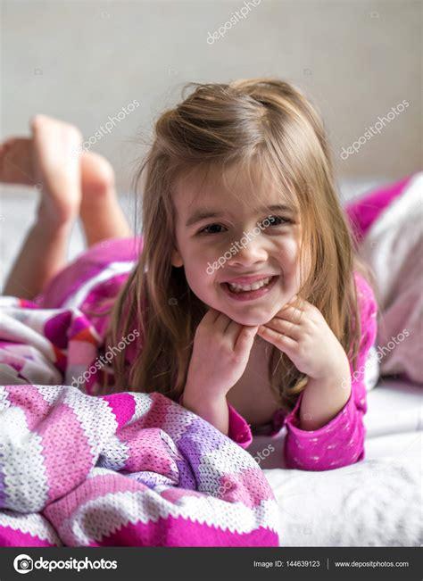 ragazza sul letto ragazza sdraiata sul letto foto stock 169 puhimec 144639123