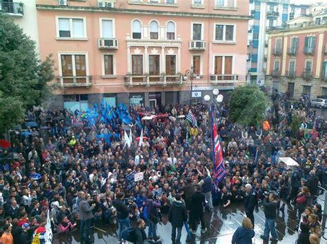 popolare delle province calabre province manifestazione popolare sotto la pioggia a crotone