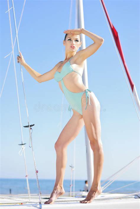 ragazze in costume da bagno ragazza graziosa in costume da bagno sulla barca a