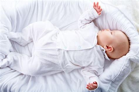 neonato nella culla 10 cose da sapere quando si fa visita a un neonato